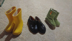 Boys sz 4 shoes. LOT#16