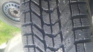 215 70 15 4 rim et pneu presque neuf 4fierstone et 4 goodyear