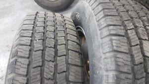 2 pneus 215-75-15 safari presque neuf