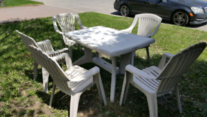 Patio table & 5 chairs / table patio & 5 chaises