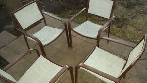 4 chaises avec table en vitre en bon état