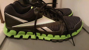 Mens Reebok running shoes green and black in great shape