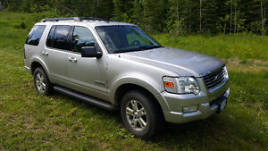 Near mint loaded 2008 Ford Explorer XLT with low kms