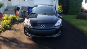 Mazda 3 2012 skyactiv de couleur noire en excellent état,