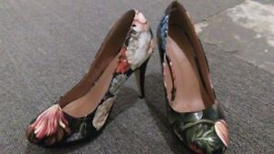 Black heels with flowers 8.5 / Souliers noirs fleuris 8.5