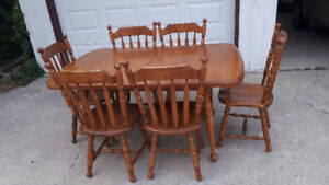 Solid oak Dinning table with 2 leaves and 6 chairs