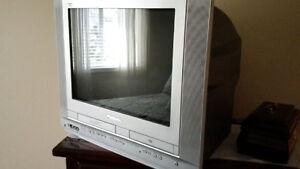 TV - Panasonic Combo unit w / DVD & VCR Player + wall bracket