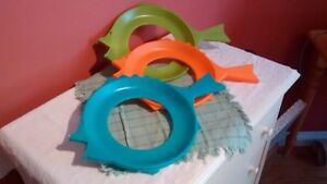 Vintage paper plate holders from the 1960's in retro colours.