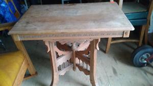 Petite table d'appoint en bois antique