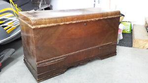 Coffre de cèdre antique