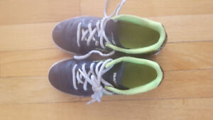 kids soccer /running shoes size 1-3 lightly used-5$ ea
