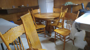 Kitchen table with leaf and 6 chairs