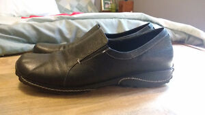 9M Women's comfortable leather shoes. Great for work or comfort.