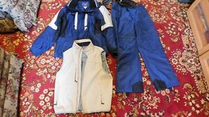 Vêtements de ski avec veste. Ski suit with vest.