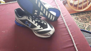 men Size 6.5 UnderArmoure sneakers - almost new
