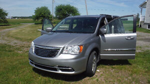 2014 Chrysler Town & Country gris VUS