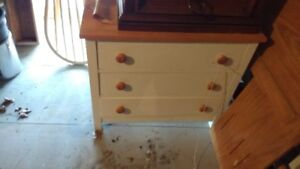 Commode antique en bois franc