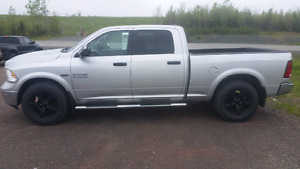 2015 ram 1500 crew cab 4x4 LOADED LOW KMS Like New