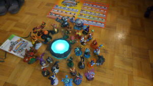 Skylander fingurines and platforms