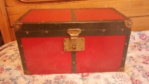 ANTIQUE SALESMAN'S SAMPLE CHILDS STEAMER TRUNK