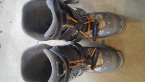 Salomon ski boots size 23-23.5 in Collingwood