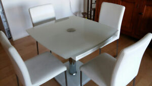 Expandable glass dining table with chairs
