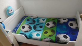 Extendable single bed with mattress