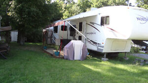 Fifth wheel North shore 31'. 3 extensions 2006