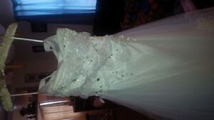For Sale: Wedding gown with beautiful train incl crnoline/veil