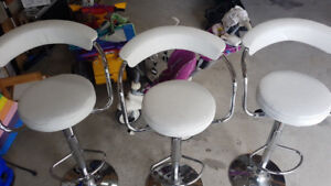 ADJUSTABLE HEIGHT ROUND BAR STOOL 3pcs. good condition