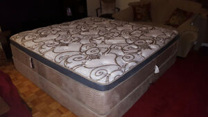king size mattress with boxspring very clean  3 yrs old West Island Greater Montréal image 2
