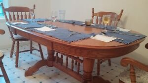 Solid oak double-pedestal dining table with 4 chairs