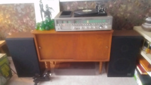 VINTAGE 1975 COMPLETE STEREO SYSTEM WITH TURNTABLE AND SPEAKERS