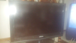 32 in SAMSUNG FLAT SCREEN TV with remote