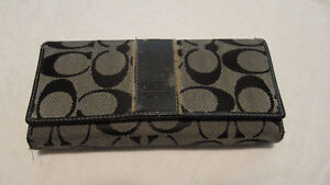 Coach signature 'C' wallet- pre-owned & well-loved West Island Greater Montréal image 1