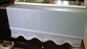 pôle en bois pour rideau et store fenêtre bleu