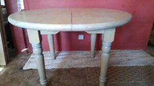 LARGE COLID PINE DINNING ROOM TABLE WITH 2 LEAFS ,