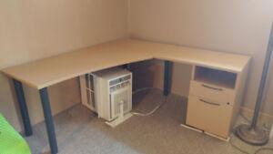 Bureau de travail, Grandeur:  71 x 71 avec 2 tiroirs (pas de clé
