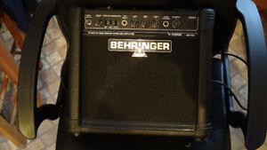 Mini ampli guitare BehringerI, idéale pour chanteur de rue.
