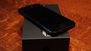 Iphone 5- Good Condition, 2 Case, box and cord London Ontario image 1