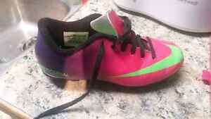 Girls cleats Nike soccer shoes  9.5/10 condition size 1y