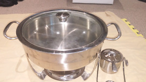 Food warmer or chafing dish with lid