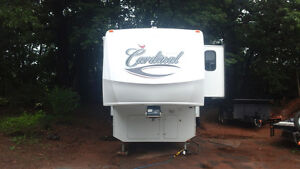 40'5th wheel Cardinal by Forest River
