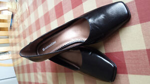 """Women's """"Naturalizers"""" Black Leather- Size 9 N"""