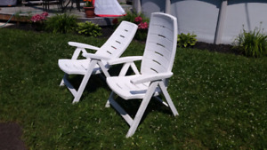 Chaises de patio blanches inclinables