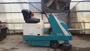 """TENNANT SWEEPER """"RIDE ON """" MODEL 215"""