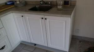 Comptoir et armoires de cuisine / Kitchen counter and cabinets