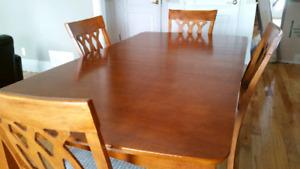 Jolie table salle à manger avec chaises - dining table