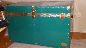 Coffre ancien en métal de couleur verte