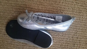Gril shoes size 7  $5 Used only inside few times , good conditio